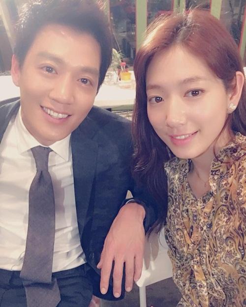 sao-han-23-8-kim-yoo-jung-gia-trai-nhi-nho-kim-rae-won-om-ap-park-shin-hye-2