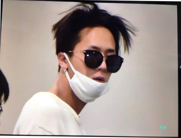 Ravi khiến các fan hết hồn với mái tóc như tổ quạ vào buổi sáng. Hình ảnh được cho là hiếm thấy vì rapper của VIXX thường xuất hiện gọn gàng, chỉn chu trước ống kính.