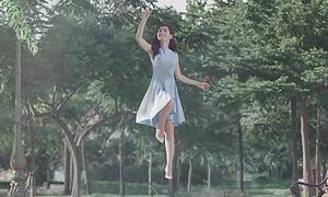 Chi Pu bay lơ lửng trong MV lấn sân ca hát