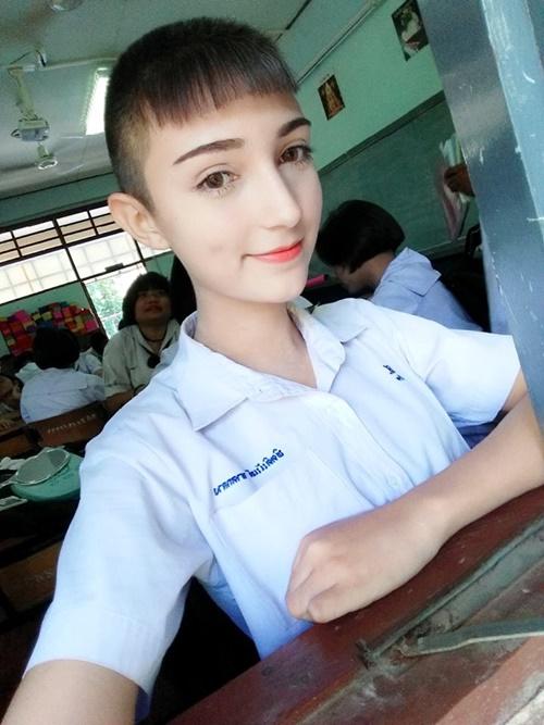 Các trang tin và diễn đàn mạng Thái Lan đang xôn xao trước loạt ảnh một nam   sinh có ngoại hình rất dễ bị nhầm là con gái được chia sẻ trên Facebook. Nam   sinh này có làn da trắng, đôi mắt to, mũi cao thẳng, tỉa vẽ mày và tô son đỏ, khiến   nhiều người cứ đinh ninh đây là một nữ sinh cắt tóc ngắn kiểu tomboy.