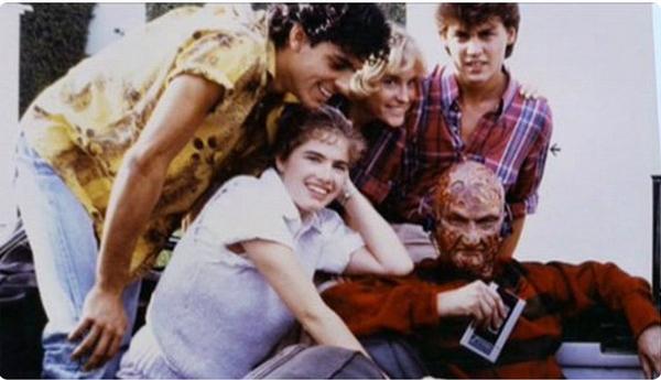Freddie Krueger của A Nightmare on Elm Street thân thiện chụp ảnh với các diễn viên nhí trong ekip làm phim.