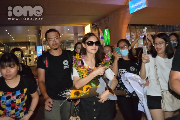 Cựu thủ lĩnh nhóm nhạc Hàn Quốc - Kara ra xe trong vòng tay người hâm mộ tại Đà Nẵng tối 25/8. Park Gyuri có chuyến lưu diễn Việt Nam để tham gia vào Đại nhạc hội Cocofest 2016 bên bãi biển Đà Nẵng.