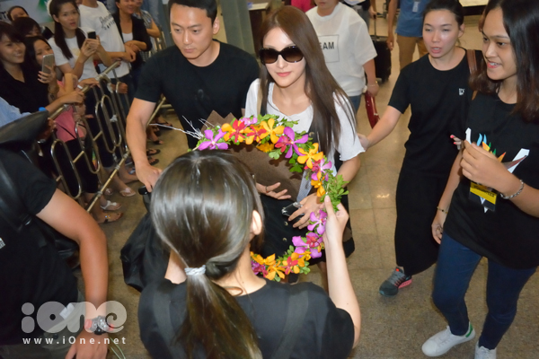 Tình nguyện viên tặng vòng hoa cho Nữ thần sắc đẹp xứ kim chi. Park Gyuri hiện hoạt động trong vai trò của một ca sĩ solo. Sự nghiệp của cô nàng từng khá thành công tại Hàn Quốc và Nhật Bản trong vai trò trưởng nhóm nhạc thần tượng Kara.