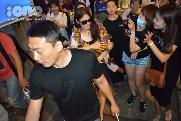 Fan hâm mộ Kpop tập trung về sân bay khá đông, liên tục gọi tên Park Gyuri và bắt chuyện khi nhìn thấy thần tượng bằng xương bằng thịt.
