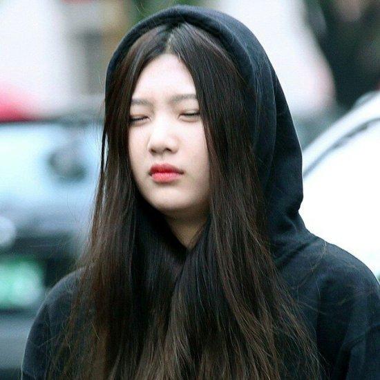 Joy lộ mặt sưng phù, không mở nổi mắt khi phải ghi hình vào buổi sáng sớm. Thành viên Red Velvet bấy giờ còn ở tuổi teen, các fan mong muốn thần tượng được nghỉ ngơi, ngủ đủ giấc.