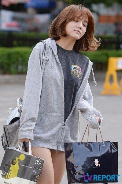 Hết ai nhận ra nổi đây là thủ lĩnh xinh đẹp, sexy của AOA. Ji Min lộ rõ gương mặt mệt mỏi, tái nhợt khi mới ngủ dậy.