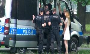 Cảnh sát phản ứng sao khi được cô gái lạ mời sex