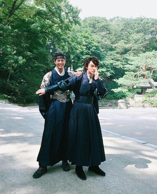 sao-han-31-8-goo-hara-mat-moc-xuong-sac-lee-sung-kyung-da-trang-non-na