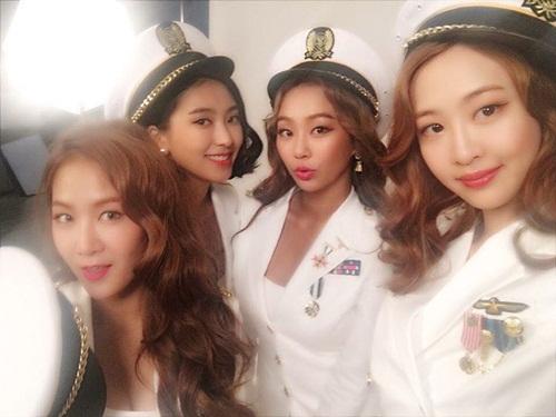 sao-han-31-8-goo-hara-mat-moc-pho-phac-lee-sung-kyung-da-trang-non-na-2-5