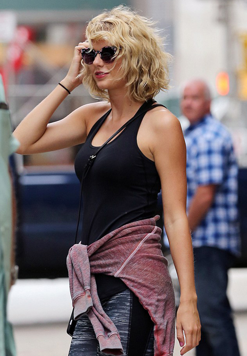 Theo Dailymail, Taylor chủ động chia tay Tom vì cảm thấy không thoải mái khi   anh muốn mời cô đến lễ trao giải Emmy. Nữ ca sĩ muốn giữ chuyện tình cảm của   mình riêng tư, không muốn công khai trước truyền thông như Tom.
