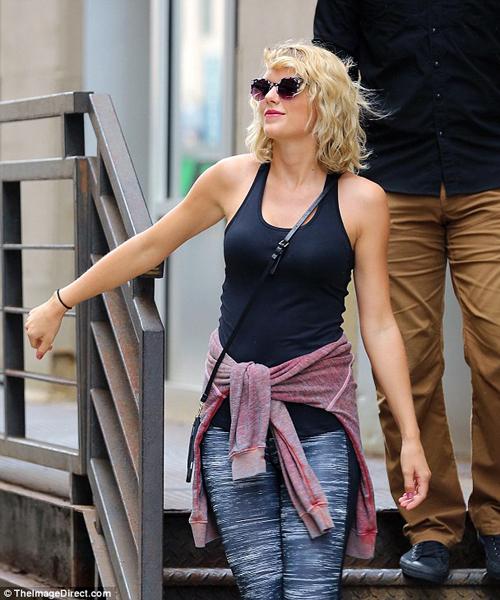 Trang Dailymail vừa đăng tải những hình ảnh mới của Taylor Swift sau khi cô   chấm dứt mối tình 3 tháng với Tom Hiddleston. Trang này nhận xét nụ cười của   nữ ca sĩ thể hiện rằng cô đang rất vui vẻ khi trở lại cuộc sống độc thân.