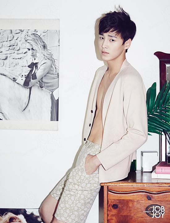Trước đó, anh chàng được biết đến nhiều hơn với tư cách là người mẫu sáng giá. Năm 2011, Tae Hwan từng chiến thắng giải thưởng Gương mặt mới tạiAsia Model Festival Awards.