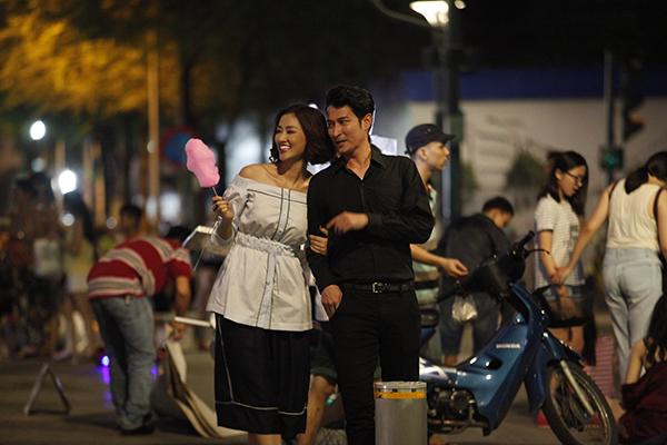 Maya - Huy Khánh với những hành động tình cảm đặc biệt như cái nắm tay hay nụ hôn ở má. Trong phim, Maya - Huy Khánh là hai người yêu cũ vô tình hội ngộ giữa Sài Gòn sau bao năm xa cách. Mối quan hệ của cả 2 lại khá mâu thuẫn khi vừa nhẹ nhàng vừa đối chọi: Mối quan hệ 2 ta, em muốn mãi như là cơn mưa Sài Gòn không tuổi, không diện mạo, không lời lẽ. Bất chợt chạm khẽ thôi, đừng động mạnh vào.