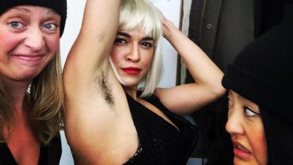 Người đẹp phải hóa trang để trở thành một người chuyển giới.
