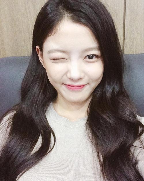 sao-han-17-9-kim-yoo-jung-mat-trang-boc-sulli-nho-be-nhu-hoc-sinh-4