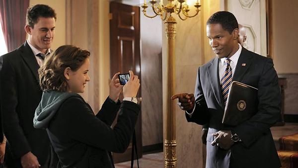 Ở Foxx và ông Obama có nhiều điểm tương đồng, từ ngoại hình, điệu bộ cho đến nụ cười rạng rỡ, tính cách gần gũi và sự dí dỏm.Qua sự thể hiện của Jamie Foxx, tổng thống James Sawyer vừa nghiêm nghị, đứng đắn nhưng vẫn vô cùng hài hước, mang đến cho khán giả cảm giác gần gũi.
