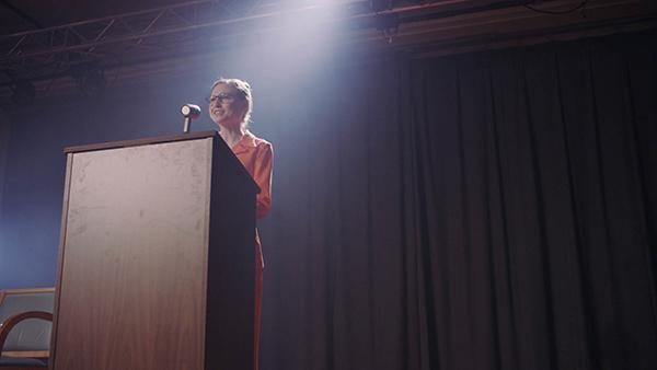 Trong phim, hình ảnh bà Clinton được thể hiện qua diễn xuất của hai diễn viên, gồm Mikaela Krantz thể hiện thời trẻ của ngoại trưởng Mỹ, trong khi Rebekah Turner đóng tuổi trung niên.