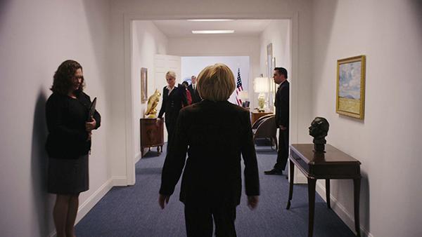 Dù là nhân vật trung tâm nhưng hình ảnh bà Clinton xuất hiện không nhiều. Khán giả chỉ kịp nhìn thoáng qua hình ảnh của bà trong các khung hình tối, từ phía sau hoặc từ xa.