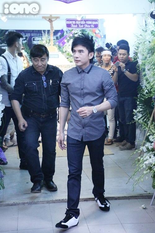 Đan Trường đến viếng cùng ông bầu Hoàng Tuấn.