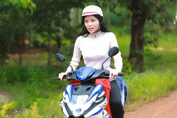 Khởi hành từ Sài Gòn lúc trời còn mờ sáng, Hoa hậu Việt Nam 2014 cùng với những người bạn của cô đã vượt gần 200 cây số, có mặt tại một ngôi trường nhỏ của các em học sinh vùng biên giới thuộc huyện Tân Châu, TP Tây Ninh vào sáng sớm.