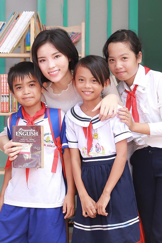 Kỳ Duyên cùng mọi người đã tận tay trao gần 300 phần quà cho các em học sinh nghèo tại đây gồm tập sách, bút, balo, áo thun, máy tính học sinh,& Bên cạnh đó người đẹp còn mang theo rất nhiều truyện tranh, sách khoa học thiếu nhi, tiếng Anh,& được cô mua, quyên góp từ những người thân, bạn bè ở Sài Gòn để trao tặng 6 kệ sách mini cho 6 phòng học của nhà trường