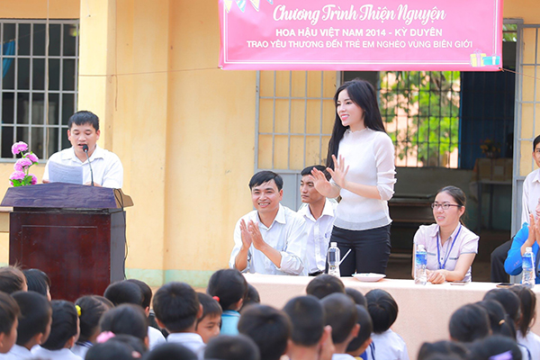 Trước đó, Hoa hậu đến thăm trườngTiểu học Tân Hòa A