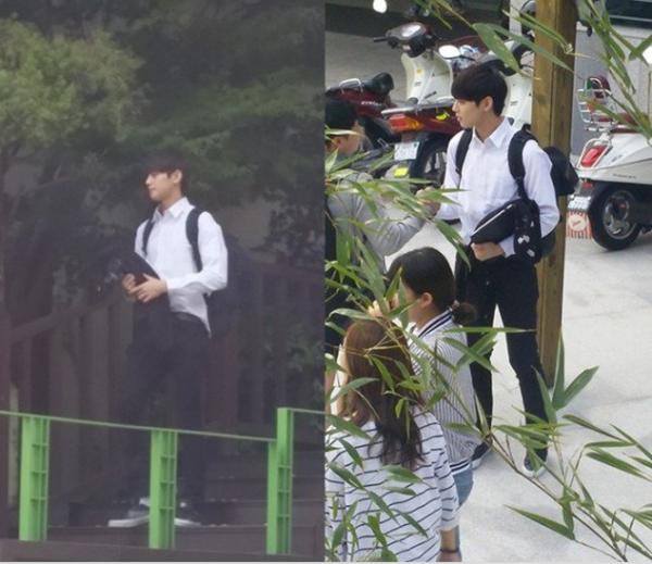 Eun Woo tham quan khuôn viên trường đại học.