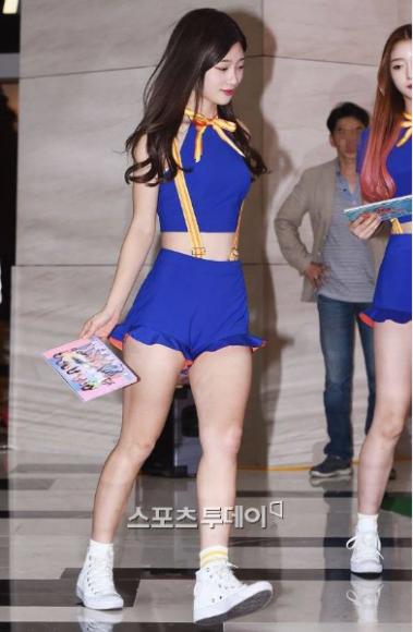 Mình dài, chân ngắn cùng kích cỡ đầu to khiến tổng thể thân hình của Chae Yeon trông thấp bé hơn hẳn, dù chiều cao của nữ ca sĩ khá lý tưởng - 1m65.
