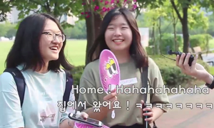 Nữ sinh Hàn lúng túng khi bị kiểm tra khả năng tiếng Anh