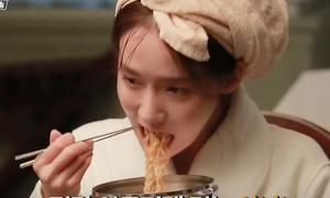 Yoon Ah lộ 'bản chất ham ăn' khi quay cảnh ăn mì trong 'The K2'