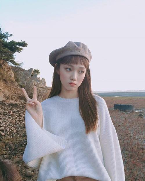 sao-han-16-10-kim-so-hyun-doi-vong-hoa-xinh-yeu-aoa-khoe-chan-thon-4