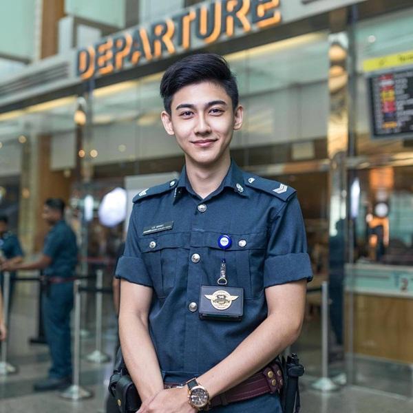 chang-canh-sat-dep-trai-hut-fan-o-san-bay-singapore