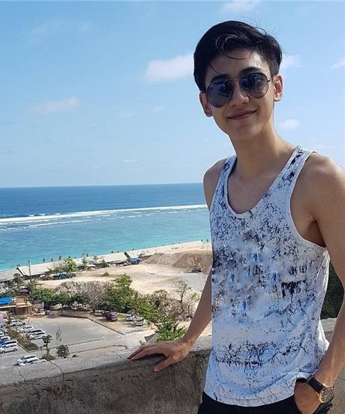 chang-canh-sat-dep-trai-hut-fan-o-san-bay-singapore-3