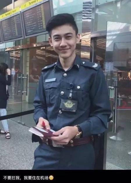 chang-canh-sat-dep-trai-hut-fan-o-san-bay-singapore-4