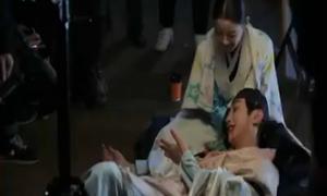 Yoon Sung miệng đầy máu vẫn cười tươi trong hậu trường 'Mây họa ánh trăng'