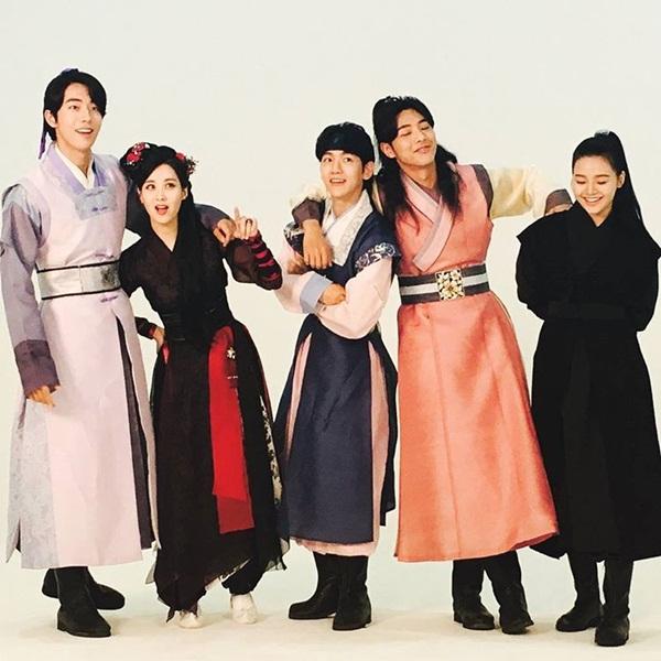 sao-han-27-10-park-shin-hye-tu-suong-ao-dieu-go-ara-toc-tet-xinh-yeu-2