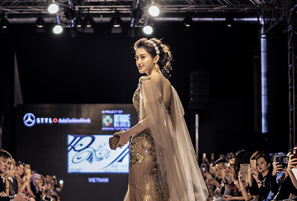 Huyền My làm vedette ở Malaysia Fashion Week