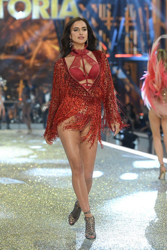 it-ai-biet-co-nguoi-mau-mang-bau-catwalk-tai-victorias-secret-show-2016