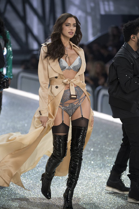 it-ai-biet-co-nguoi-mau-mang-bau-catwalk-tai-victorias-secret-show-2016-2