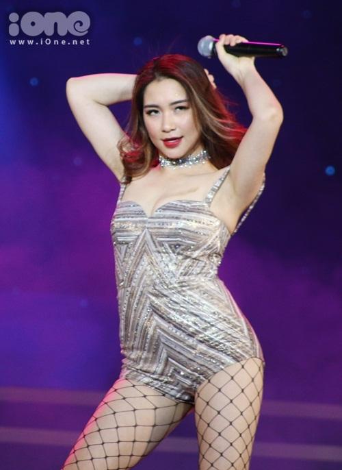 hoa-minzy-co-giau-hinh-xam-ten-cong-phuong-o-nguc-khi-dien-do-sexy-3