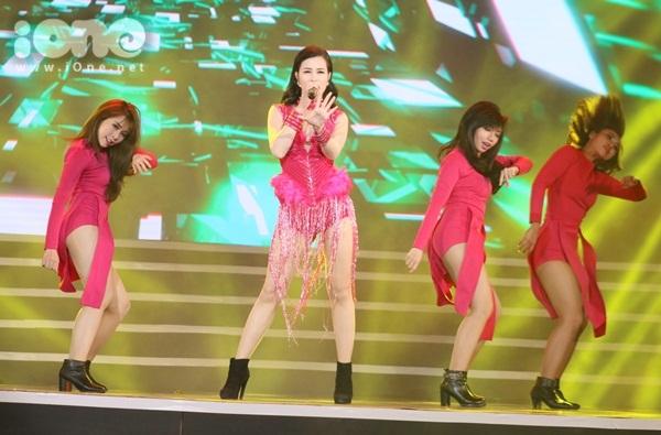 hoa-minzy-co-giau-hinh-xam-ten-cong-phuong-o-nguc-khi-dien-do-sexy-5