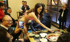 Người mẫu mặc bikini giữa trời rét phục vụ lẩu cho khách