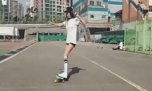 Cô gái Hàn xinh đẹp vừa trượt ván vừa nhảy điêu luyện