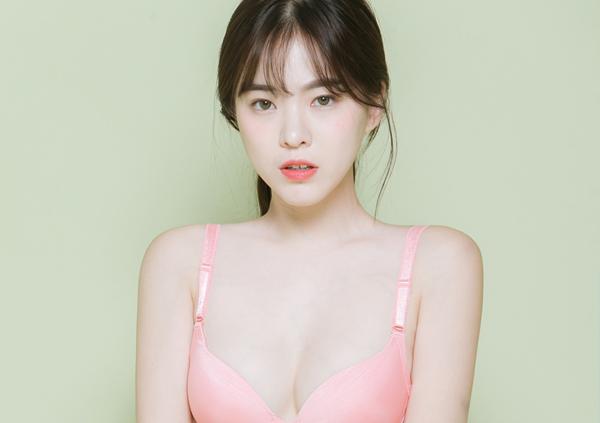 Lee Ha Neul là người mẫu nội y nhận được nhiều sự chú ý ở Hàn Quốc vì vẻ đẹp trong   sáng trái ngược với thân hình nóng bỏng. Theo Koreaboo, Lee Ha Neul đang là một trong   những cái tên thuộc hàng top của nghề mẫu nội y xứ Hàn.