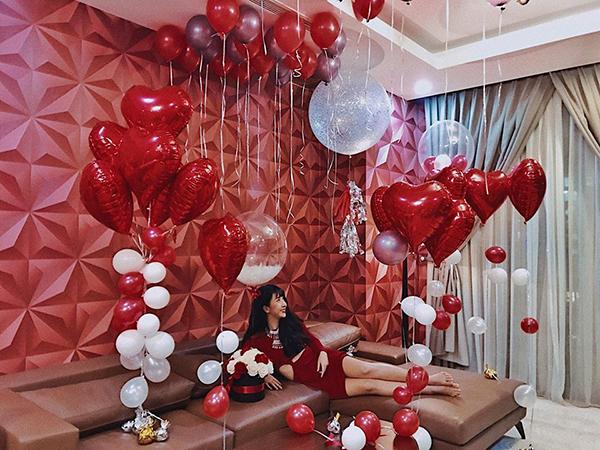 sao-viet-15-2-lam-a-han-di-valentine-voi-chong-cu-quynh-anh-shyn-duoc-tang-qua-hoanh-trang