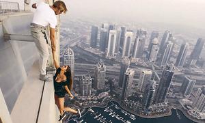 Giao tính mạng cho bạn trai, mẫu Nga treo mình lơ lửng trên nóc nhà chọc trời