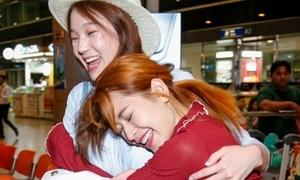 Chi Pu cười tít mắt khi gặp lại á hậu Hàn Quốc