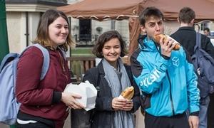Sinh viên quốc tế xếp hàng thưởng thức bánh mì, đội nón lá Việt Nam