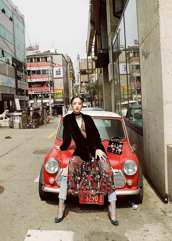 dien-do-tu-thiet-ke-angela-phuong-trinh-chat-lu-tren-duong-pho-hanangela-phuong-trinh-gui-tang-nguoi-ham-mo-bo-anh-street-style-chup-tai-han-quoc-trong-chuyen-giao-luu-voi-ekip-phim-she-was-pretty-gan-day-2
