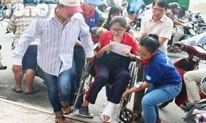 Nữ sinh gãy chân được gần chục người hộ tống đi thi